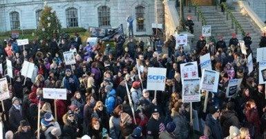 Environ 5000 cols blancs de la Ville de Montréal manifestaient contre l'administration du maire Denis Coderre lors d'une demi-journée de grève. Photo Michel Chartrand